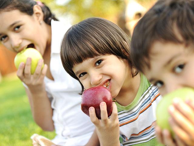 dr dennis dunne kids eating apples